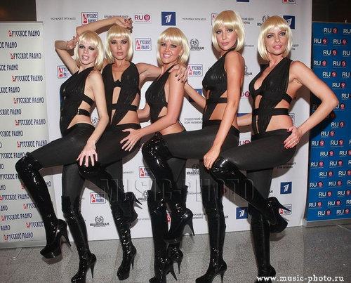 блондинка дала пятерым